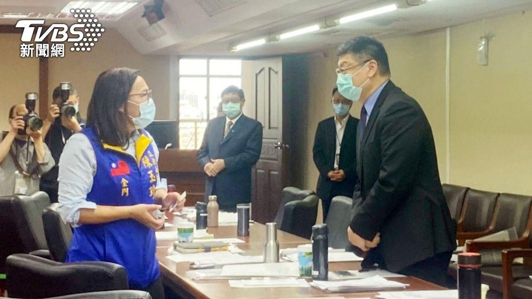 準台鐵局長杜微(右)與藍委陳玉珍(左)交換意見。(圖/中央社) 台鐵危險路段設異物偵測系統 杜微:6個月內評估