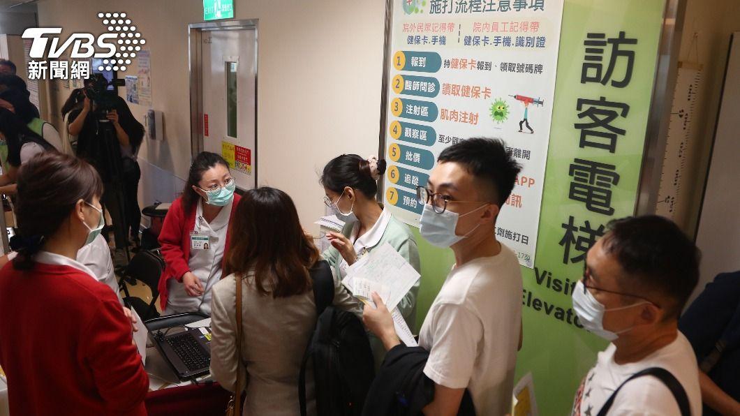 醫院出現排隊等候接種疫苗的人潮。(圖/中央社) AZ疫苗自費接種首日 北市醫院湧百人報到施打