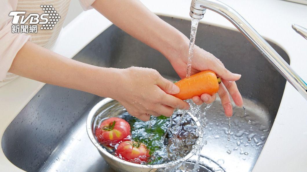 全台水情吃緊,民眾洗菜也需省水。(示意圖/shutterstock達志影像) 省水不必苦哈哈 煮菜4招節水法:剩下還能再利用