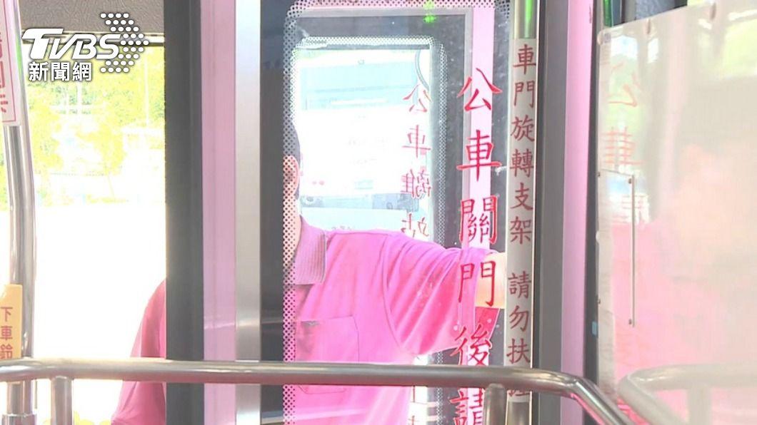 乘客被公車門夾傷事件頻傳。(示意圖/TVBS) 公車開關車門未注意乘客安全 最重吊扣駕照6個月