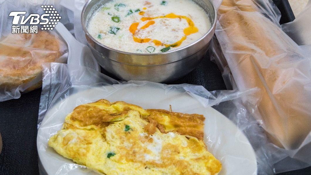 中醫推薦早餐要吃溫熱的食物。(示意圖/shutterstock 達志影像) 早餐怎麼吃最好? 中醫推3類食物「吃錯反傷胃」
