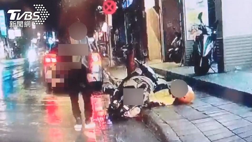 王嫌犯後開車逃逸。(圖/TVBS資料畫面) 新店殺人犯「精神疾病」逃死:給個機會 死者母哭到離庭