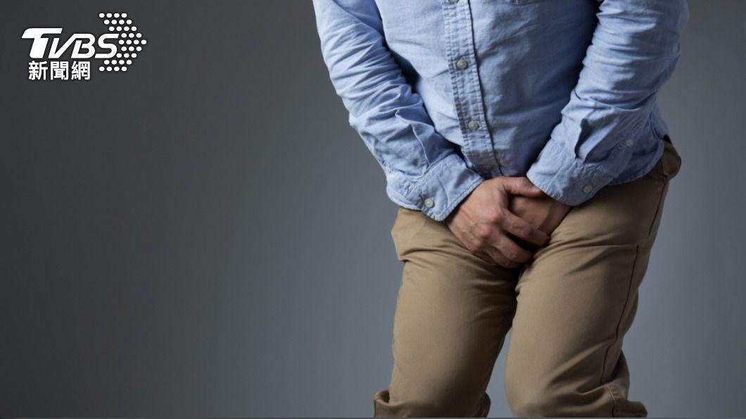 泌尿科醫師發現,新冠疫情期間戴口罩讓感冒的人減少,因為「攝護腺肥大」導致排尿困難的求診人數也下降。(示意圖/shutterstock達志影像) 罩得住!戴口罩遮臉 竟讓「尿不出來」男性變少了