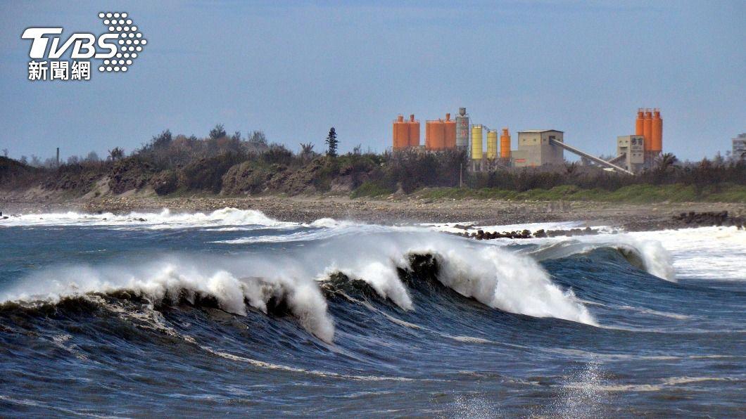 台東大晴天,但沿海出現巨浪。(圖/中央社) 颱風舒力基外圍影響 台東大晴天掀10米高巨浪