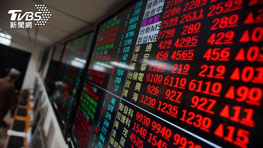 (圖/中央社) 鋼鐵、航運股尾盤急挫 台股爆6千億天量收跌105點