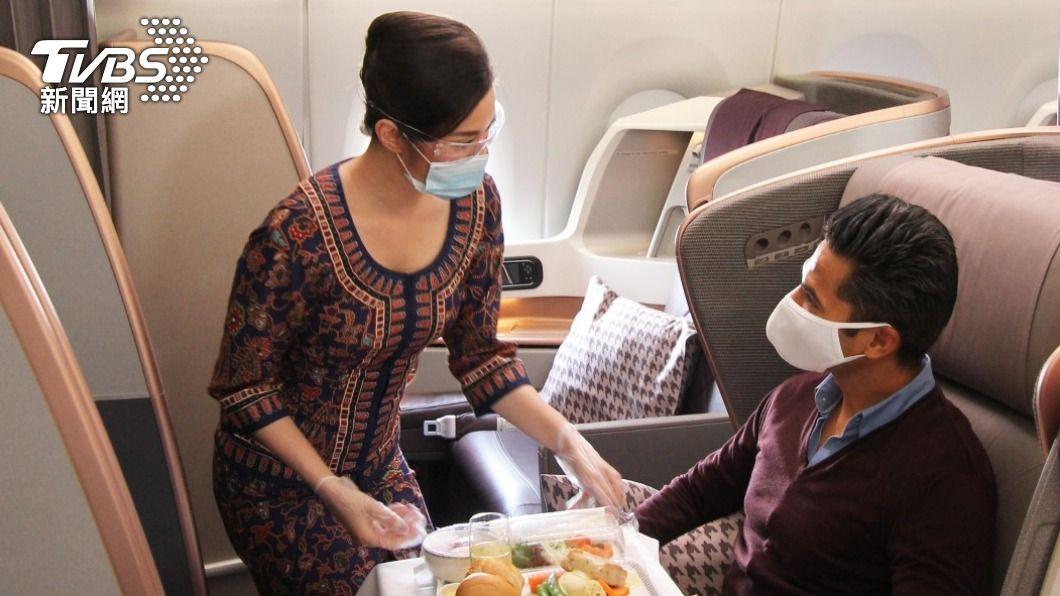 看好全球疫苗施打況,新加坡航空認為6月集團運能可以恢復到27%。(圖/新加坡航空提供) 出國難!新航辦互動活動 VR眼罩體驗A380豪華艙