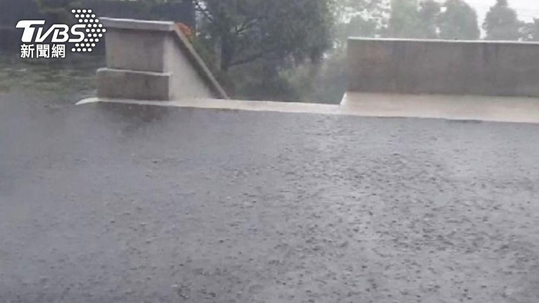 屏東霧台今(22)日下豪雨。(圖/TVBS) 午後熱對流屏東下大雨 氣象局:可惜未在集水區
