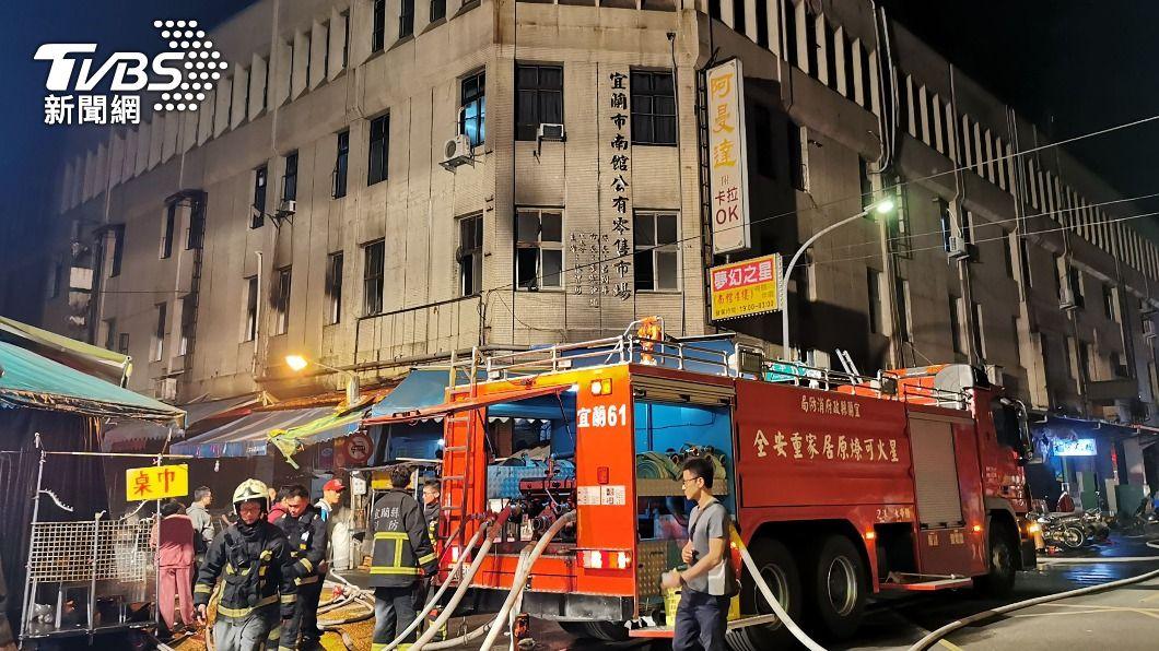 宜蘭縣政府消防局晚間獲報,南館市場內一間店家起火。(圖/中央社) 宜蘭市南館市場店家火警! 2人平安脫困