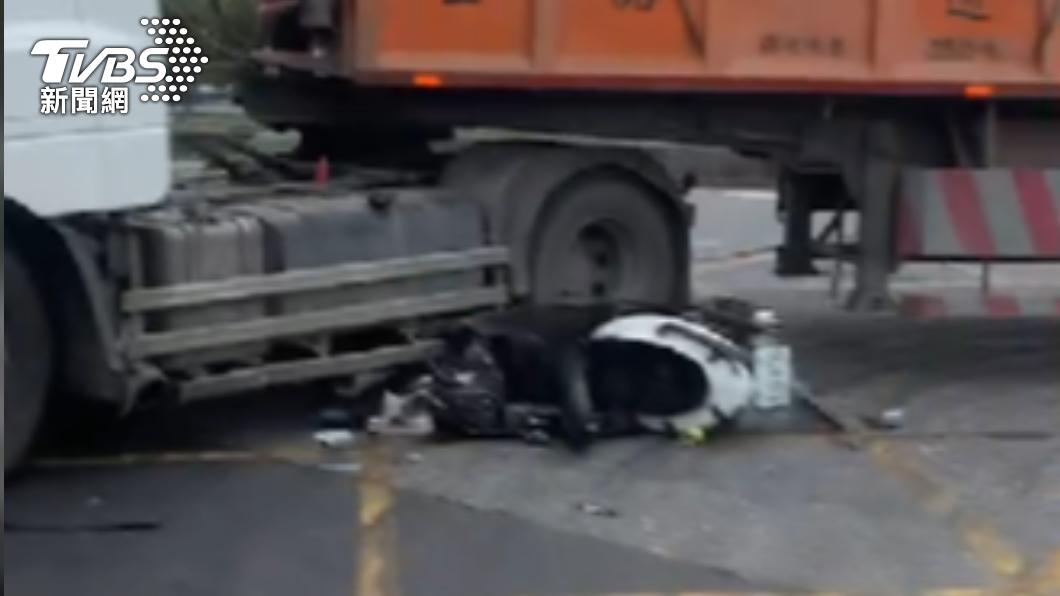少年超車失敗,遭砂石車撞擊。(圖/TVBS) 國三生無照超車不慎 慘遭迴轉砂石車輾斃車頭全爛