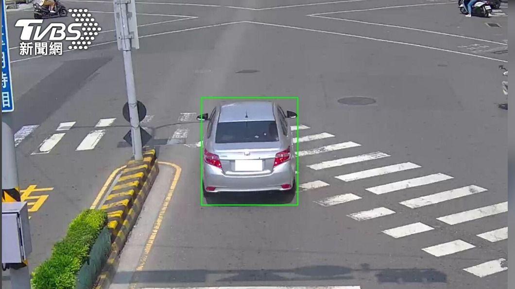 台南市中西區中山路、西華南街口的智慧安全路口系統搭載AI智慧科技,即時偵測機車逆向、汽機車闖紅燈及跨越停止線等違規行為。(圖/中央社) 用路人注意!台南智慧安全路口系統 7/1起執法開罰