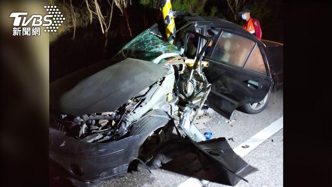 澎湖2名少年深夜駕車出遊發生車禍。(圖/中央社) 少年趁家人熟睡深夜私自駕車出遊 撞路燈受傷