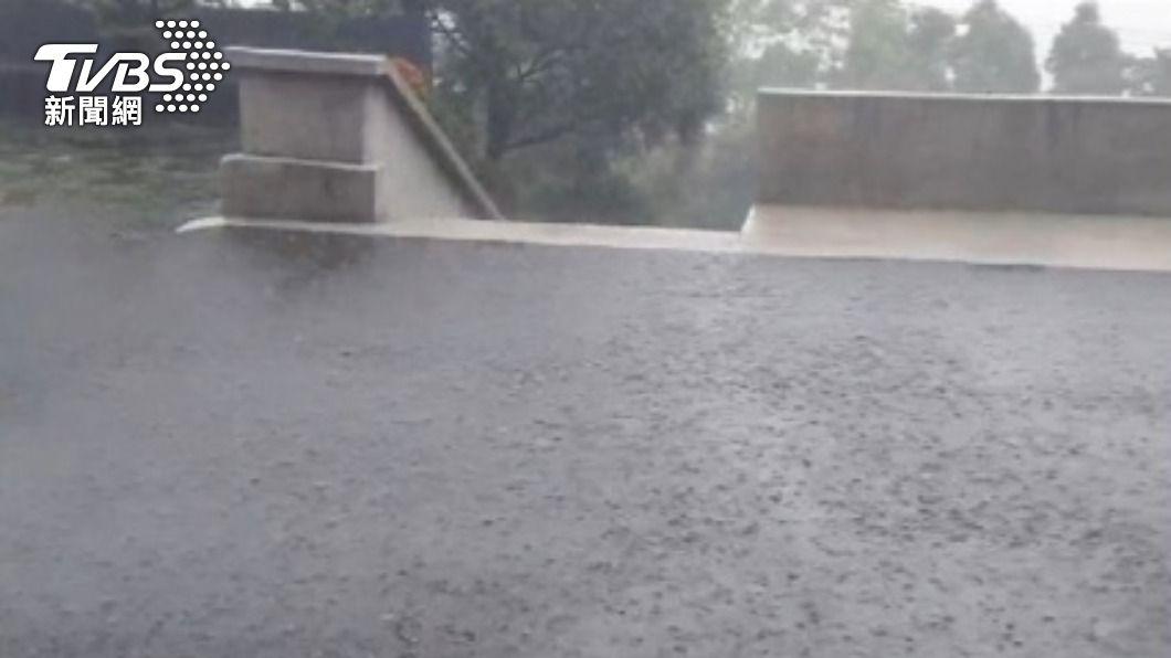 氣象局觀測到週日華南雲雨區靠近,中南部山區會有降雨機率。(圖/TVBS) 水氣來!週日下雨月底有鋒面 氣象局示警:水庫仍難解渴