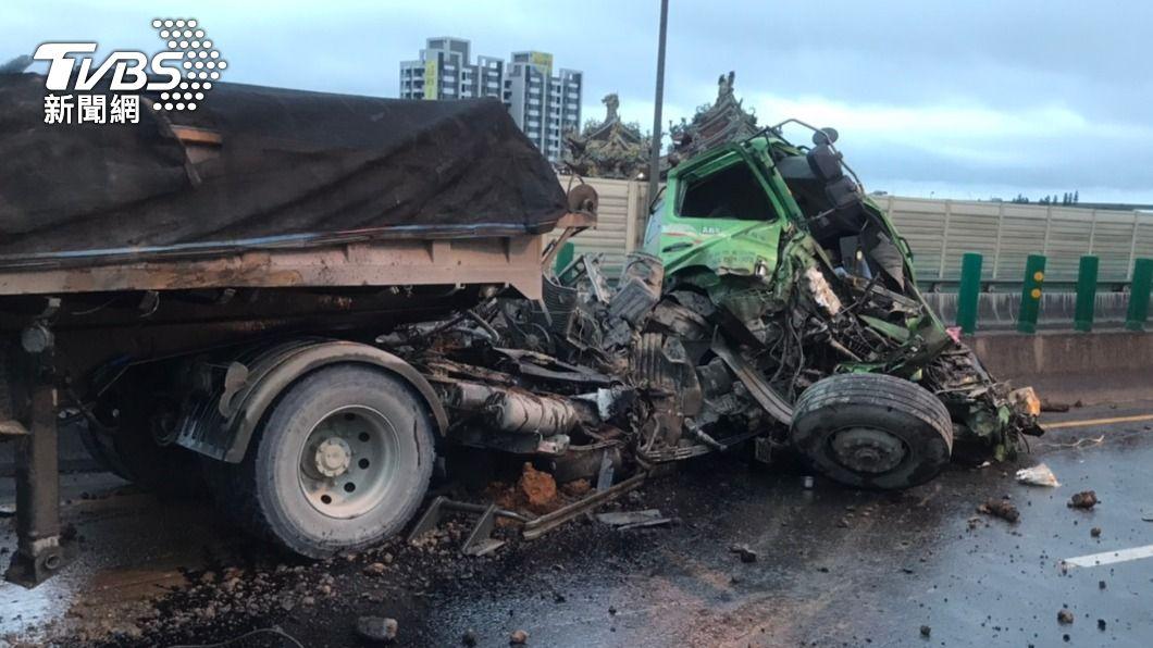 砂石車撞護欄,車頭全毀。(圖/TVBS) 台64線砂石車撞護欄 「整台橫倒」嚴重車潮回堵