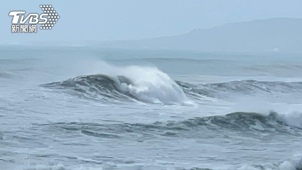 颱風舒力基外圍環流影響恆春半島,佳樂水沿岸掀長浪。(圖/中央社) 颱風舒力基外圍環流影響 屏東佳樂水浪高2層樓