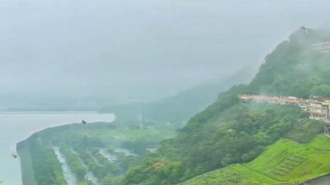 桃園今天上午下雨了。(圖/翻攝自鄭文燦臉書) 石門水庫微進帳 鄭文燦:終於聽見下雨的聲音