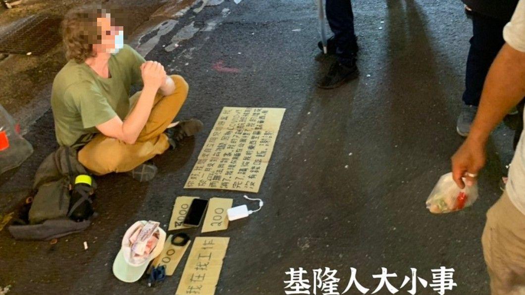外國男子在基隆廟口夜市擺攤。(圖/翻攝自臉書《基隆人大小事》) 洋男擺攤籌旅費1分鐘收入破千 他驚呆:台人真有愛心