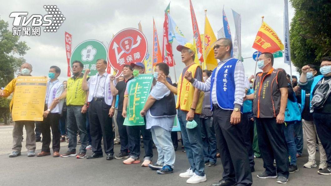 五一勞工大遊行行前記者會宣布將號召三千人參與遊行,向政府訴求解決勞工低薪困境。(圖/中央社) 五一勞工遊行號召3千人 訴求提高薪資、保障年金