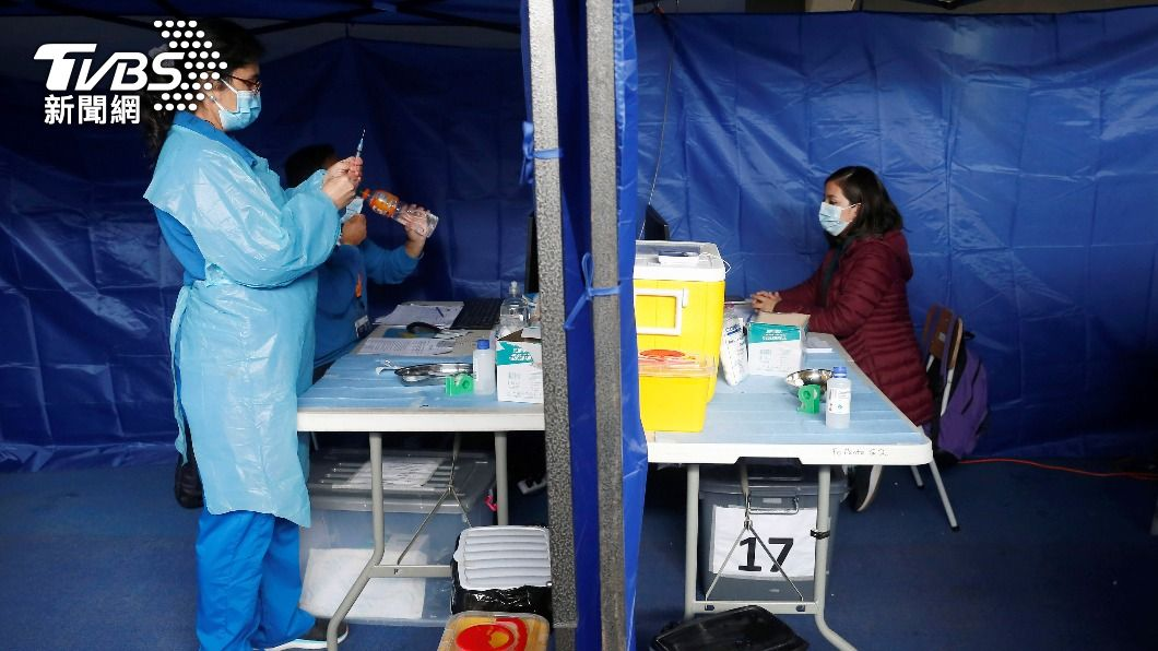 智利一處衛生檢疫站正實施新冠疫苗施打。(圖/達志影像路透社) 全球防疫計畫ACT上路週年 籌措目標僅達一半