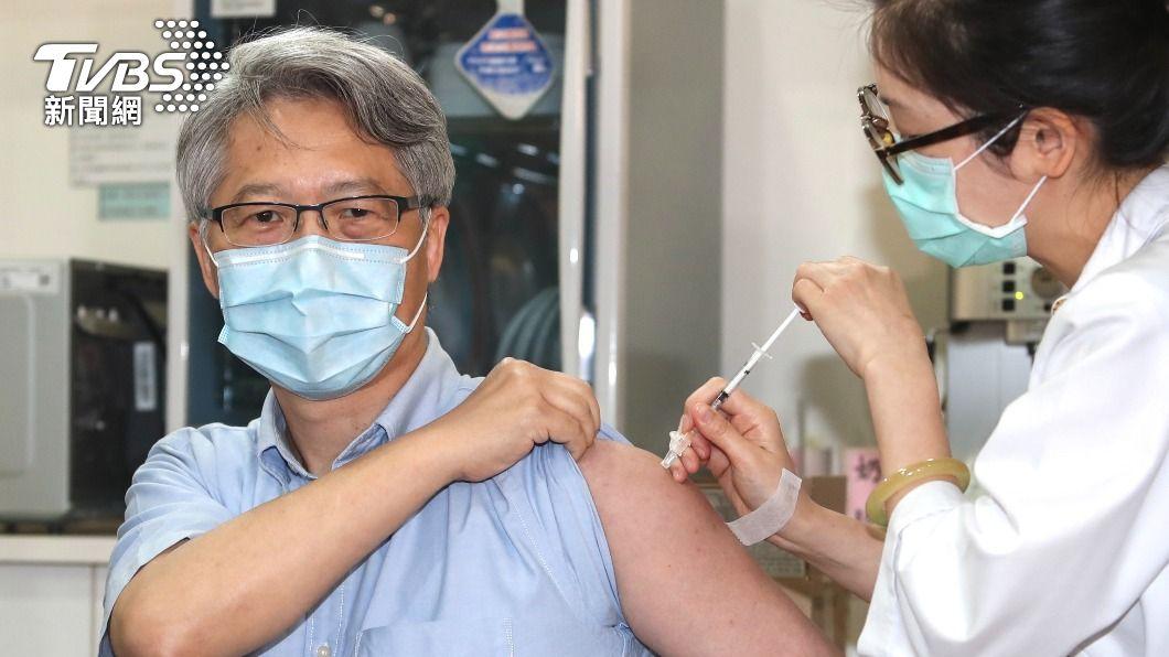中研院院長廖俊智於23日施打牛津AZ疫苗。(圖/中央社) 接種AZ疫苗 中研院長:學界認為打比不打好