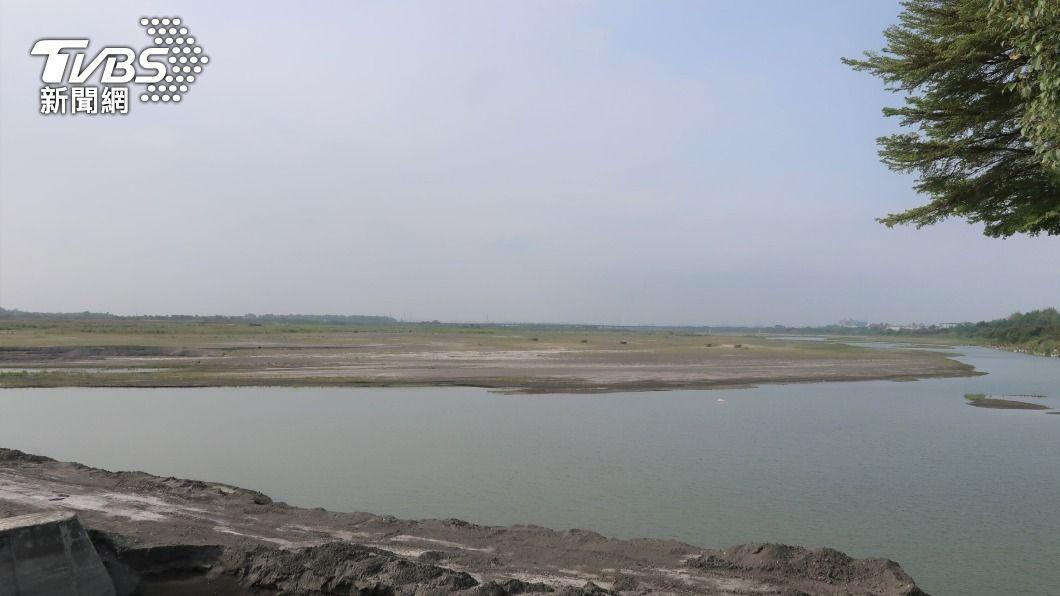 高屏溪攔河堰川流量持續下滑。(圖/中央社) 水情持續吃緊 陳其邁:高雄用最壞劇本在打算