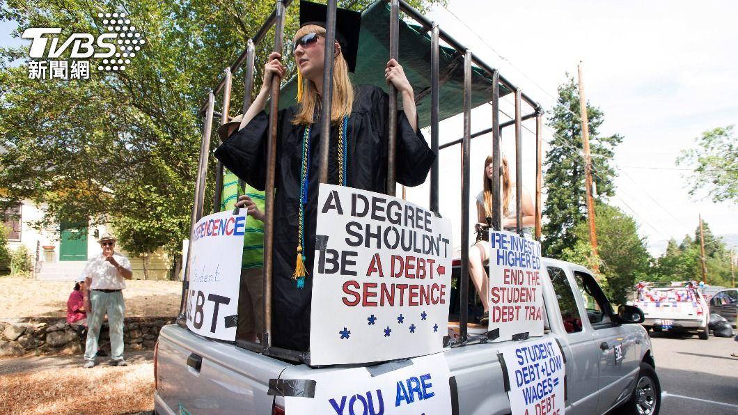 美國學貸壓力沉重,大學生畢業即扛百萬債務。(示意圖/達志影像路透社) 全美4500萬人扛學貸 議員推「大學免學費」法案