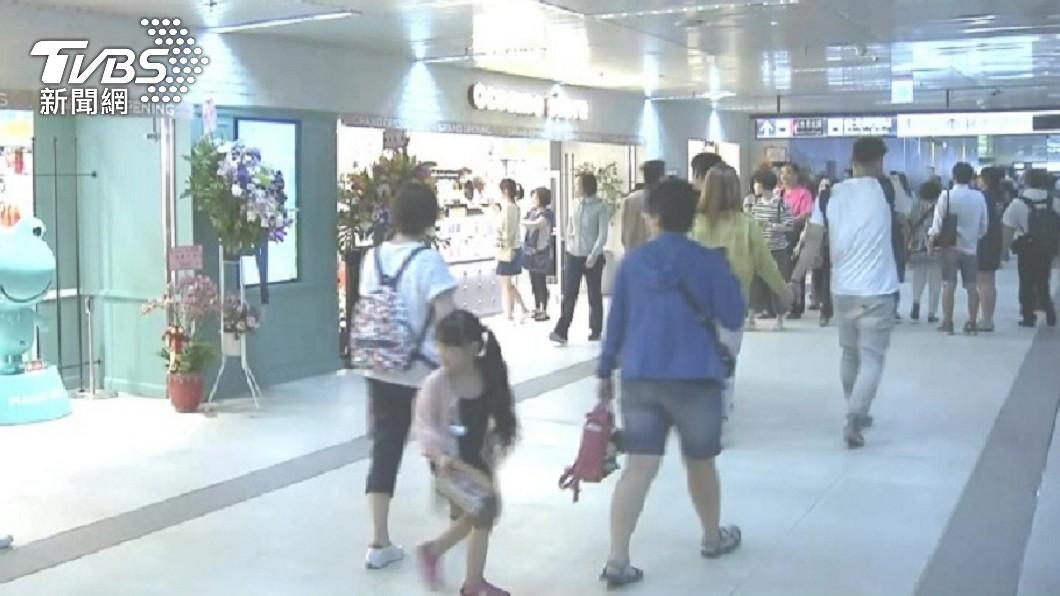 詹男最近又在北車地下街隨機向民眾搭訕借錢。(圖/TVBS資料畫面) 借錢哥寄生北車10年 重操「舊業」被識破嗆:我告你