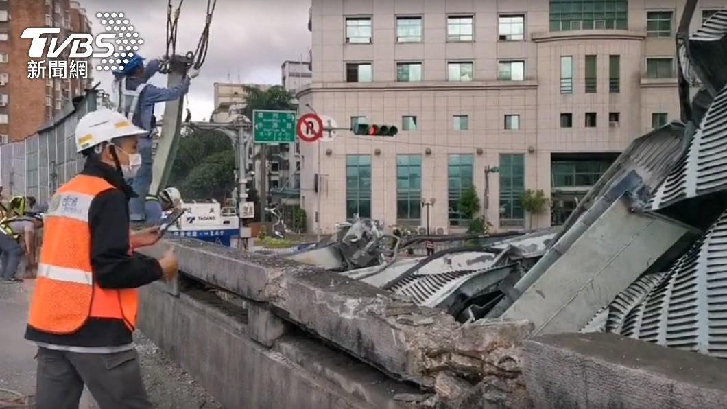 台北市一輛聯結車行經水源快速道路時,車上鋼條不慎掉落砸壞隔音牆。(圖/TVBS) 聯結車鋼條沒綁牢「砸毀隔音牆」 水快南向一度打結