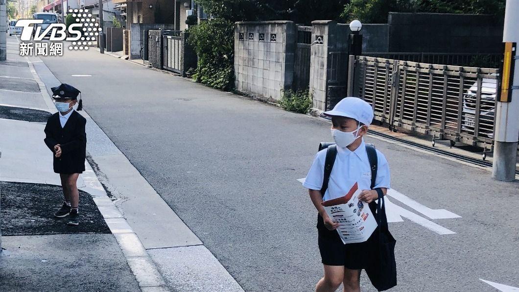 大阪小學為因應防疫提早放學。(圖/中央社) 日本緊急事態宣言 大阪小學幼兒園受影響提早放學