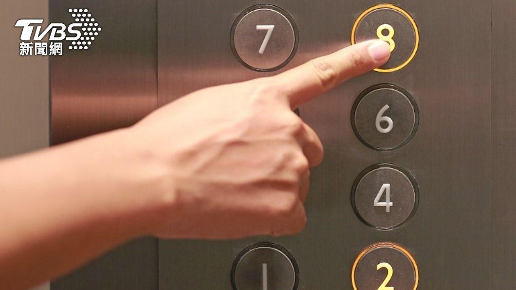 女子遇電梯故障驚魂,最後自行脫困。(示意圖/shutterstock 達志影像) 卡電梯求救嘸人理 女脫困告知警衛遭嗆:不關我的事