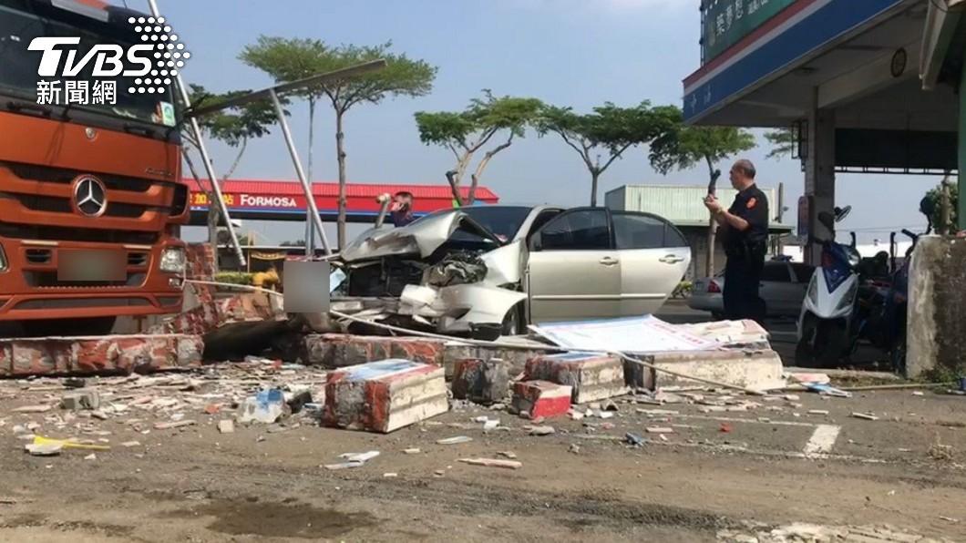 嘉義一間加油站發生轎車失控自撞事故。(圖/TVBS) 加油站洗車暴衝「撞破磚牆」現場曝 波及2員工、駕駛亡