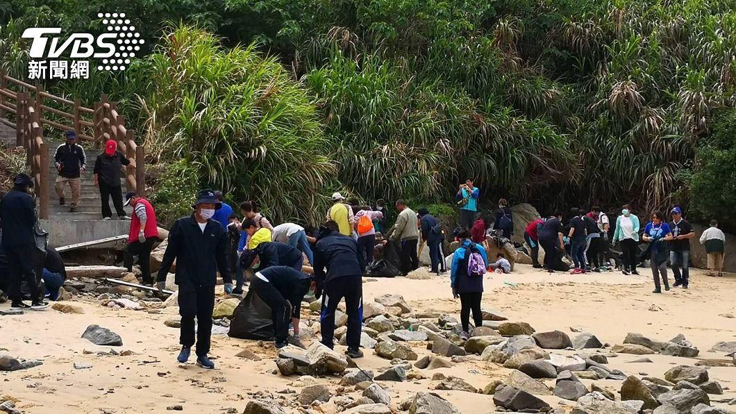 馬管處今(24)日舉行淨灘活動。(圖/中央社) 馬管處今舉行淨灘活動 清除馬祖高密度海岸線垃圾