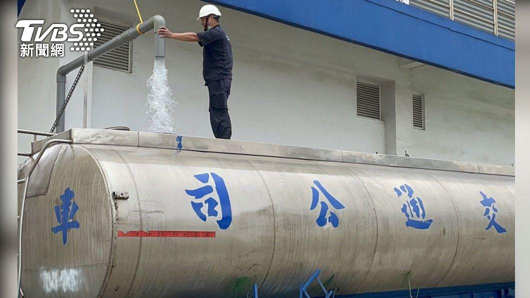 華膳空廚公司免費將2500噸自來水提供新竹重要產業使用,在北水局協助媒合下,有新竹產業人士願意出資取水,預計10天能取水完畢。(圖/中央社) 華膳空廚捐2500噸自來水 業者花百萬元運回新竹
