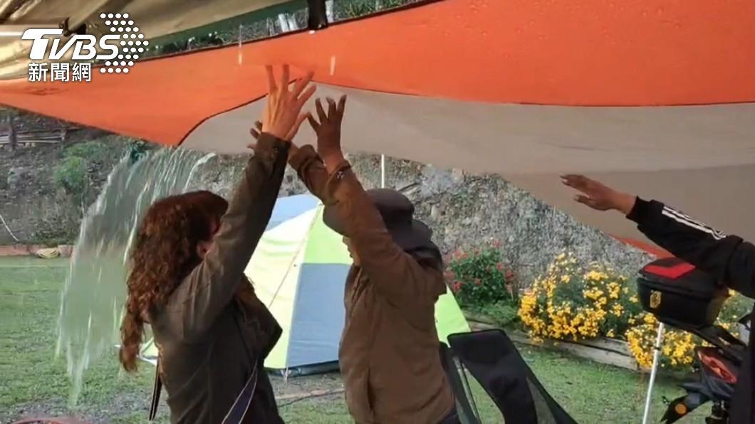 位於高雄桃源區的藤枝森林遊樂園降下大雨。(圖/TVBS) 雨又來了!曾文水庫、高雄桃源下大雨 露營客憂喜參半
