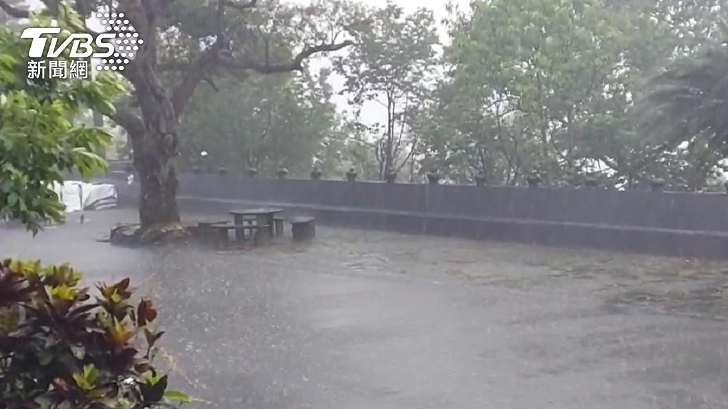 明日、週六南部地區有短暫陣雨或雷雨。(示意圖/TVBS) 下週再一波鋒面「梅雨灌全台」 專家:提防致災風險