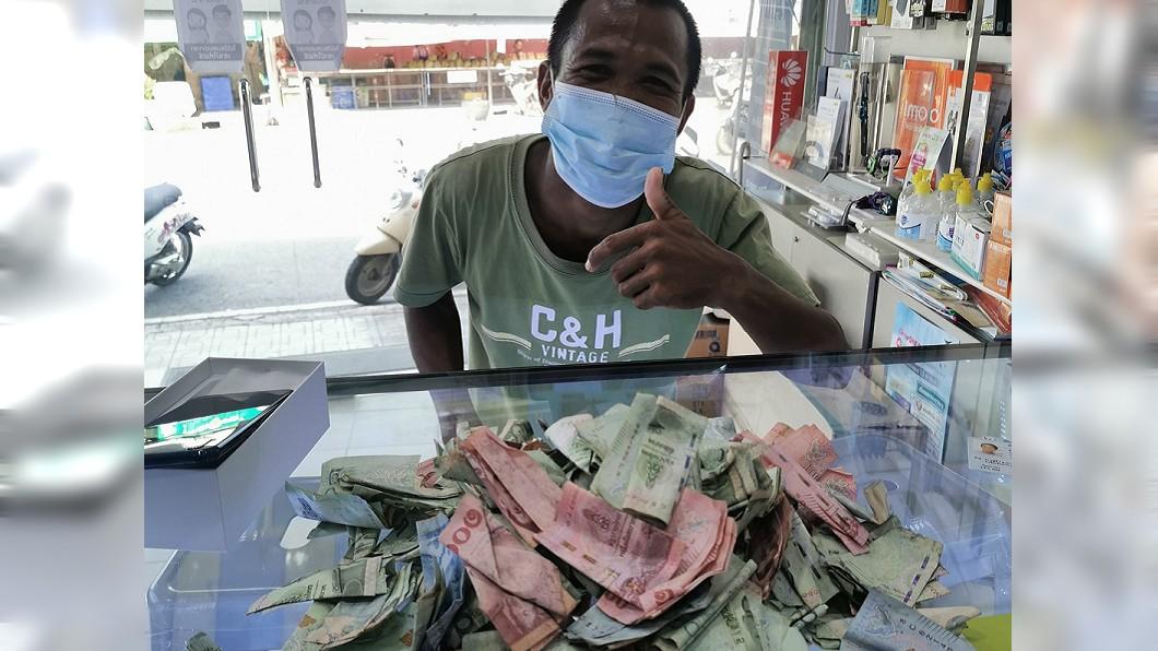 泰國一名靠著撿拾回收物謀生的男子,近日終於圓夢買了新手機。(圖/翻攝自Tanawat Potimu臉書) 靠拾荒過活終於圓夢 泰勵志哥捧「濕皺鈔票」買手機