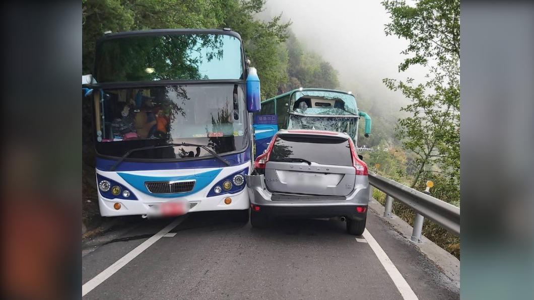 中橫清境路段發生遊覽車追撞意外。(圖/翻攝自中橫路況交通資訊站臉書) 中橫清境路段兩輛遊覽車追撞 至少11人傷、交通回堵