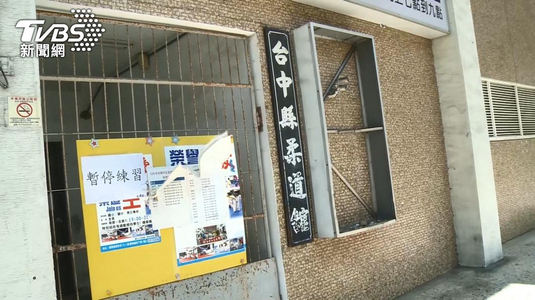 柔道教練道館招牌遭民眾砸毀。(圖/TVBS) 狠摔7歲男童害腦死 柔道教練道館招牌遭砸毀