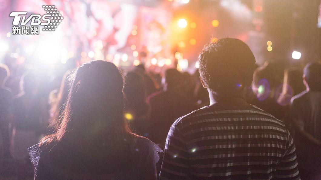 一名工程師發現妻子與鄰座同事一起看演唱會還一同過夜。(示意圖/Shutterstock達志影像) 妻揪男看演唱會開房間 他驚「鄰座同事給綠帽」怒提告