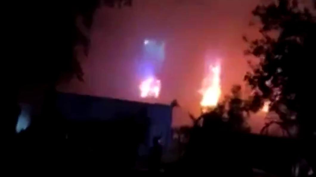 巴格達收治新冠患者醫院起火,已造成27死。(翻攝/Steven Nabil推特) 巴格達收治新冠患者醫院起火  至少27死46傷
