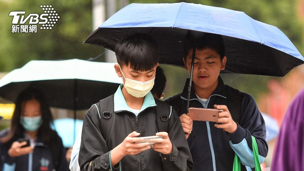 今(25)日華南雲雨區靠近台灣,各地降雨機率提高。(圖/中央社資料照) 華南雲雨東移各地有雨 沿海風增強易掀長浪
