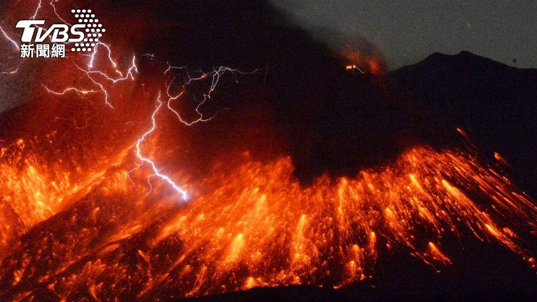 日本鹿兒島櫻島火山在25日凌晨爆發。(示意圖/達志影像路透社) 鹿耳島火山爆發!碎屑噴2.3公里 啟動三級警報