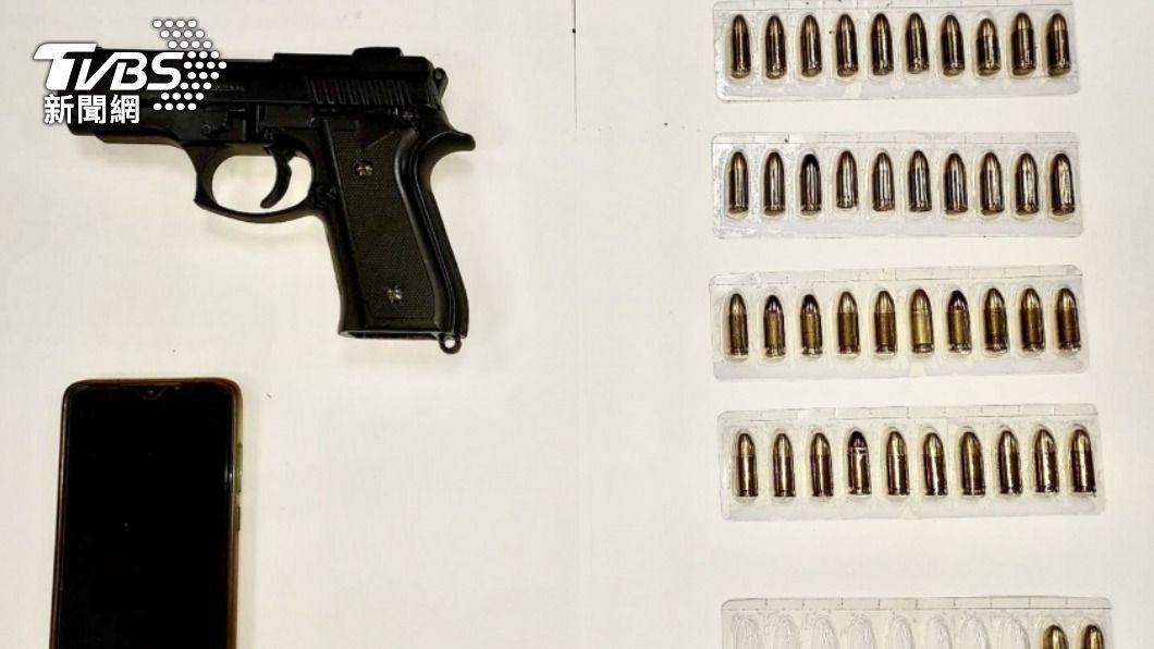 警方在鄭男租屋處查獲1把手槍及數顆子彈。(圖/中央社) 台南2死槍擊案 嫌疑人租住處再搜出槍彈