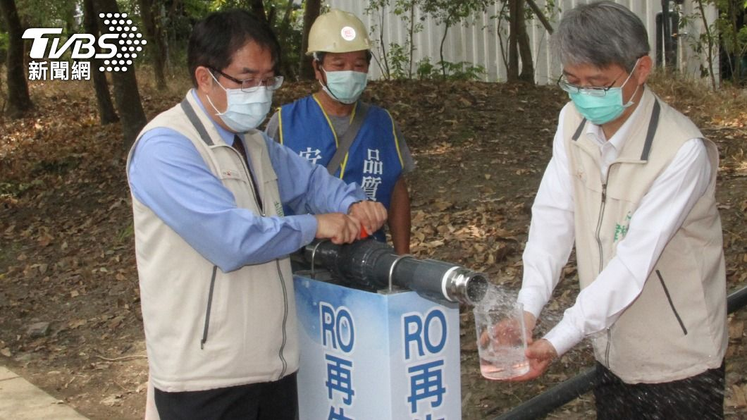 台南市長黃偉哲(左)啟動大型移動式RO淨水設備。(圖/中央社) 解決缺水危機 台南3工地每日可提供1330噸水量