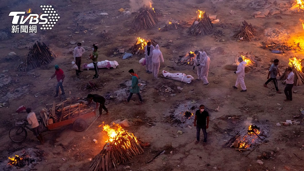印度露天火葬儀式如人間煉獄。(圖/達志影像路透社) 印度疫情大反撲!染疫死亡創新高 「露天火葬場」如人間煉獄