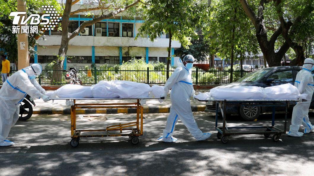 印度新冠肺炎疫情持續惡化。(圖/達志影像路透社) 印度疫情失控!連4天單日確診破30萬 12國宣布禁飛