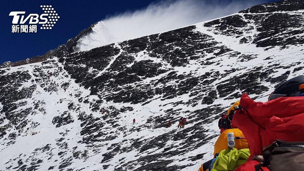 每年3月到5月為尼泊爾春季登山季,吸引數百外國登山客湧入。(示意圖/達志影像路透社) 聖母峰封山一年後開放!挪威登山客確診 雪巴嚮導亦染疫