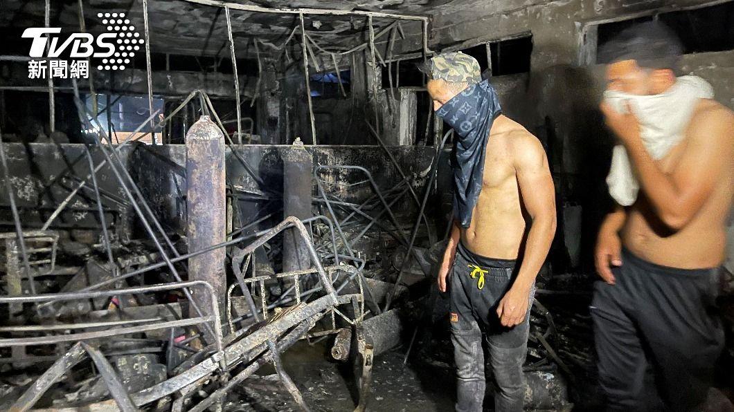 伊拉克哈蒂伯醫院內部被燒得焦黑。(圖/達志影像路透社) 伊拉克染疫醫院「氧氣瓶爆炸」釀大火 82死110傷