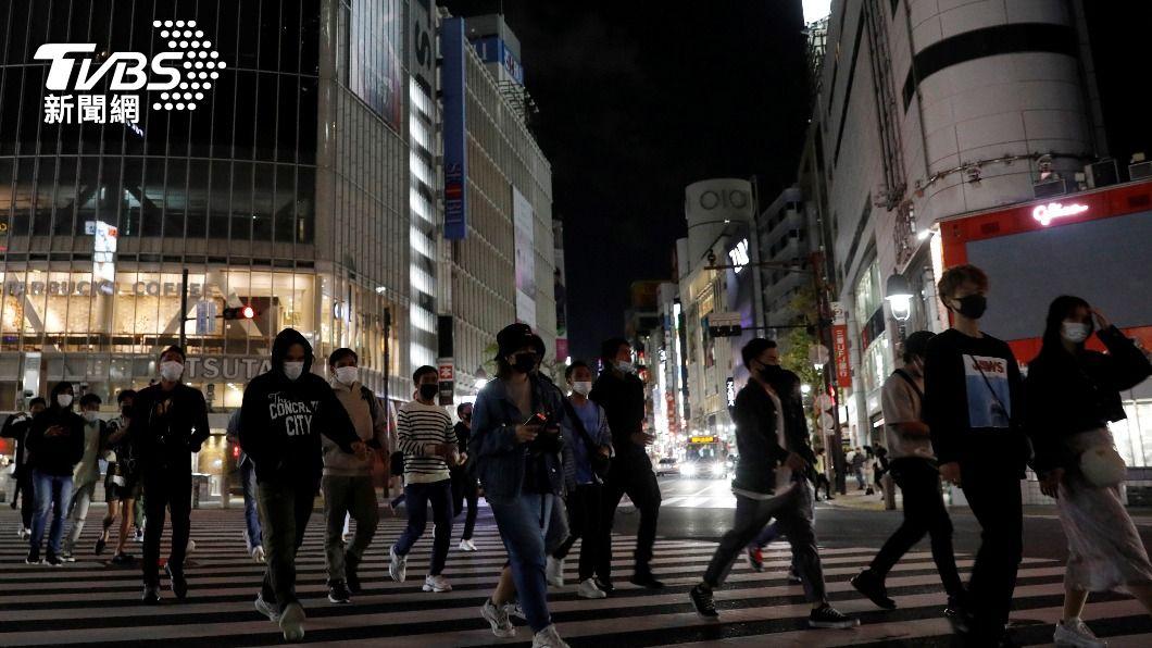 日本鬧區仍湧入不少人潮。(圖/達志影像路透社) 日本3度緊急事態首日 人潮仍狂湧東京鬧區