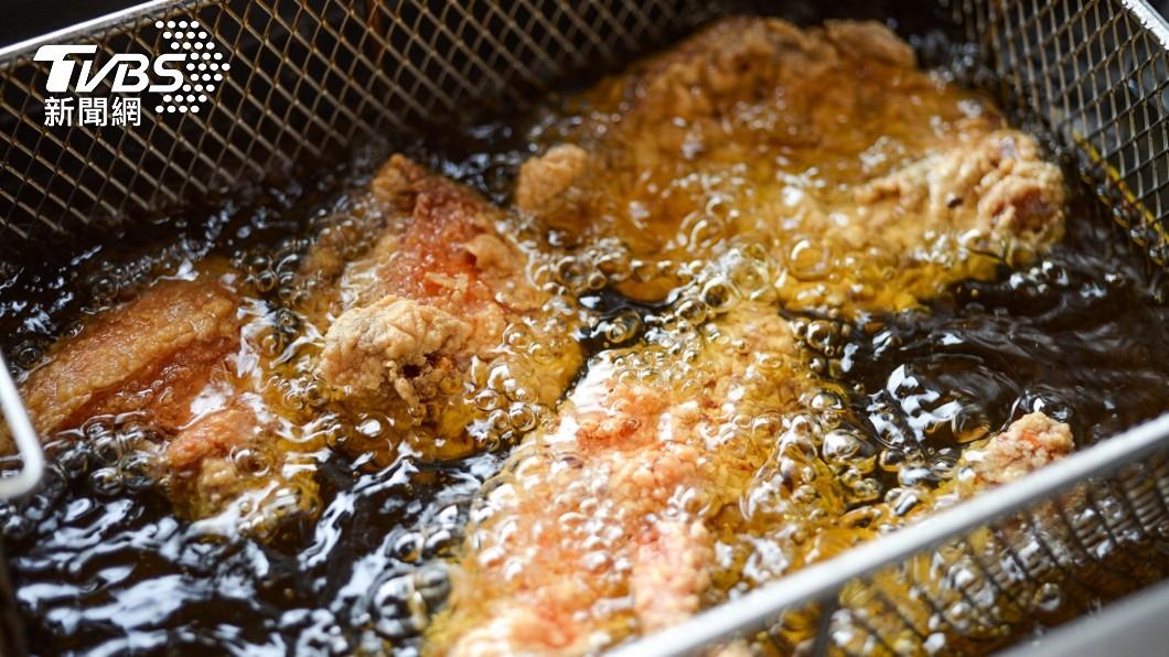 炸雞塊是許多民眾愛吃的美食之一。(示意圖,與事件無關/shutterstock 達志影像) 吃到「3分熟」炸雞塊? 網見粉紅肉色崩潰:噁心想吐