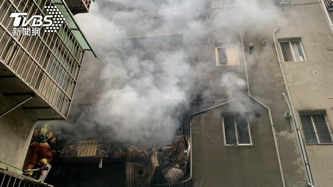 (圖/TVBS) 來不及過母親節…桃園老舊公寓竄火 死神帶走一家3人